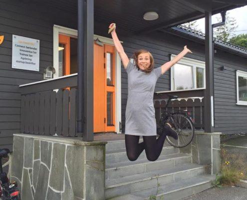glad utenfor startup huset